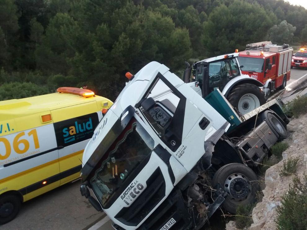 Herido el conductor de un tráiler tras salirse de la carretera y volcar.