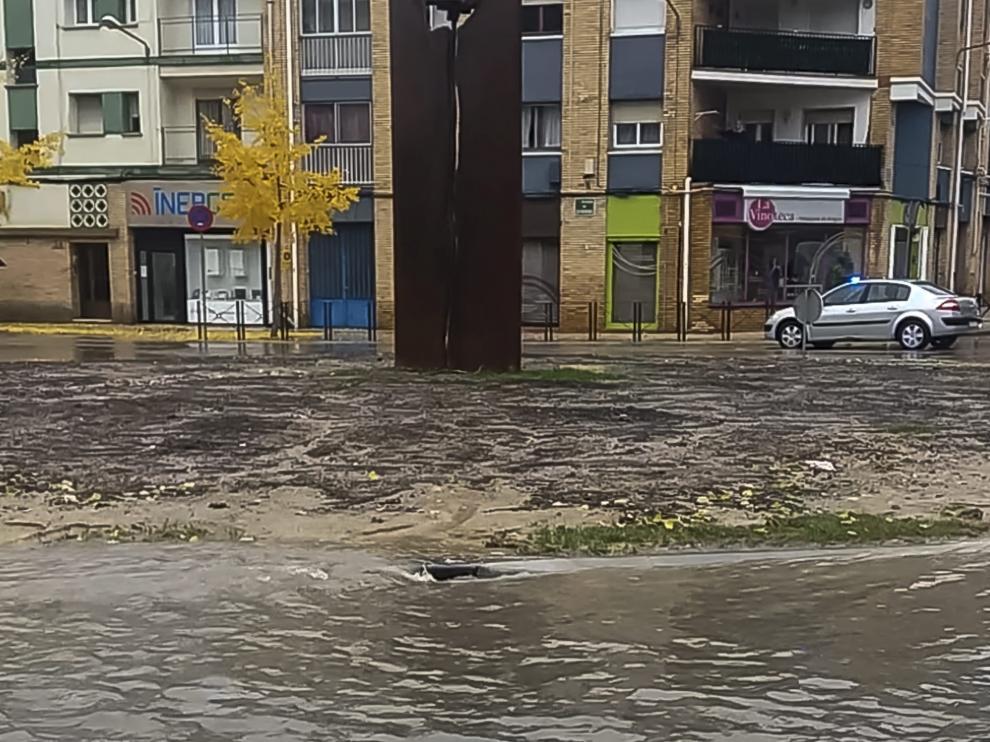 Rotonda de la avenida Monegros de Huesca durante el último episodio de lluvias torrenciales.
