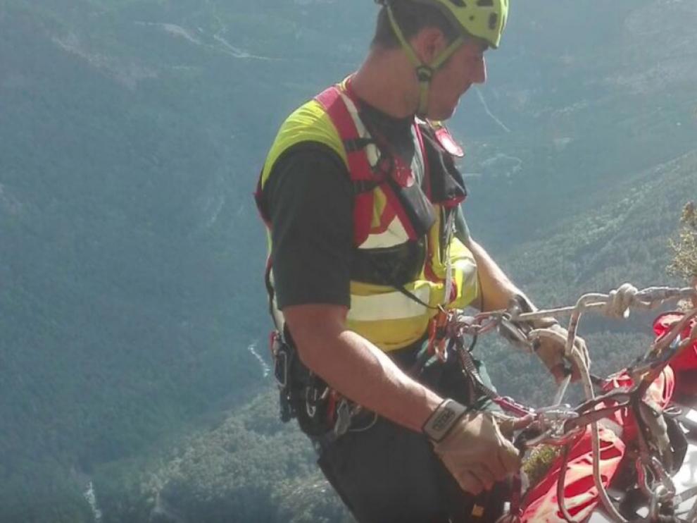 Momento en el que efectivos de la Guardia Civil rescatan al escalador herido grave en el Tozal de Mallo, en Ordesa.