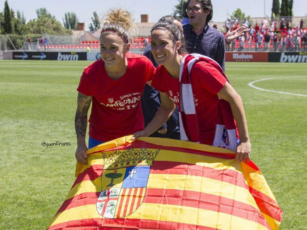 Las aragonesas Mapi León y Silvia Meseguer, posando con la bandera de Aragón.