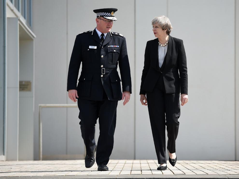 Theresa May junto a Ian Hopkins, jefe de la Policía de Mánchester.