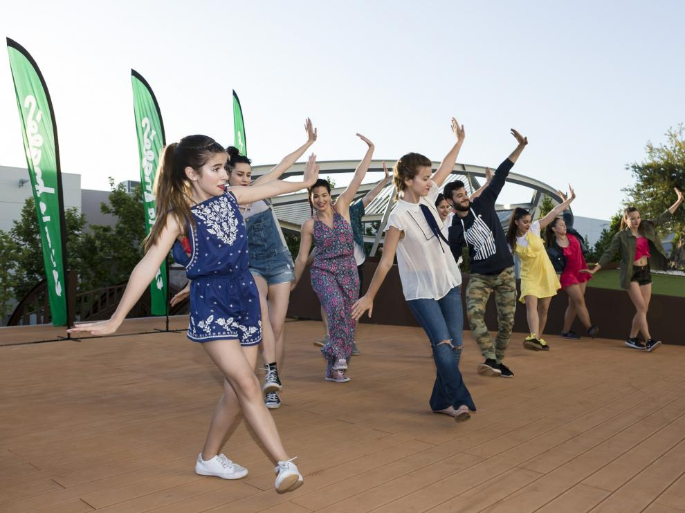 Alumnos de la academia de baile de Virginia Bernabeu, durante una de las coreografías.