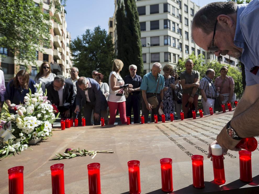 Javier Rubio, tío del fallecido Sergio Saz, coloca velas en el memorial de las víctimas del Yak.