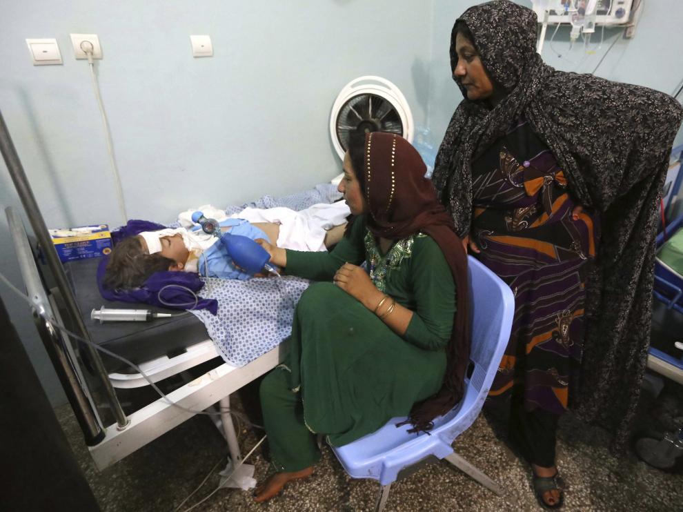Una de las menores heridas por una mina en oeste de Afganistán.