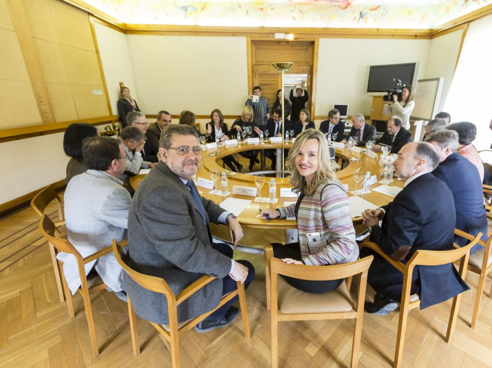 Imagen de archivo de una reunión anterior entre la Universidad y el Gobierno