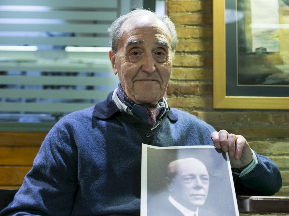 El médico Gonzalo Bayo, con un retrato de su abuelo, el alcalde de Zaragoza Gonzalo González-Salazar