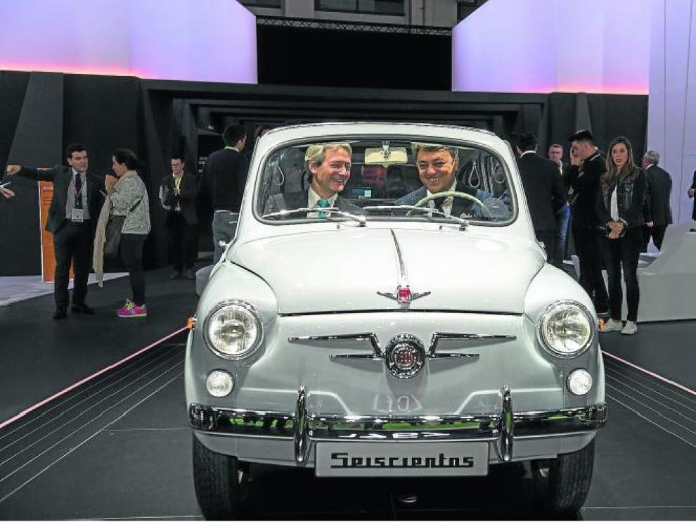 El presidente de Seat, Luca de Meo, al volante de un Seat 600 en el Automobile Barcelona.
