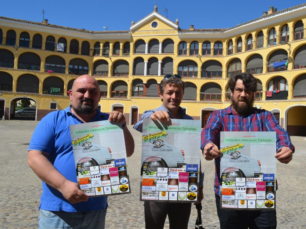 De izquierda a derecha, David Mainar, Manuel Moreno y Rubén Rada, en la plaza de Toros Vieja donde se expondrán los vehículos.