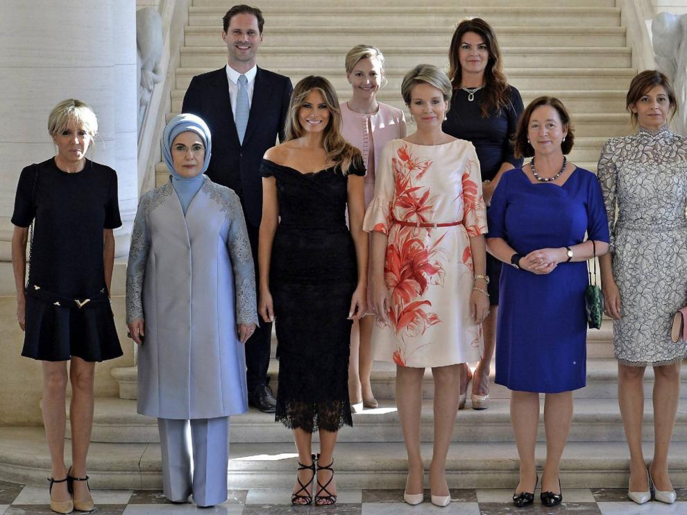 Gauthier Destenay junto a las primeras damas en la cumbre de la OTAN en Bruselas.