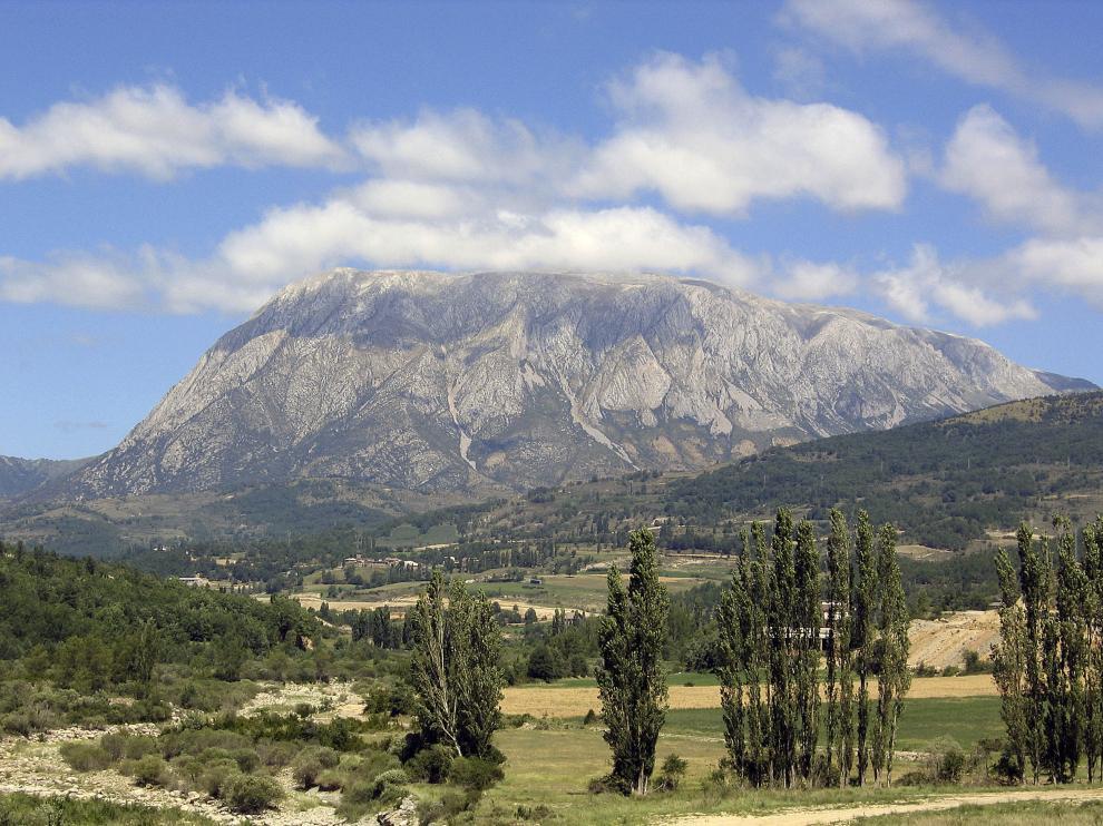 El Turbón desde el Isábena, cerca de Serraduy.