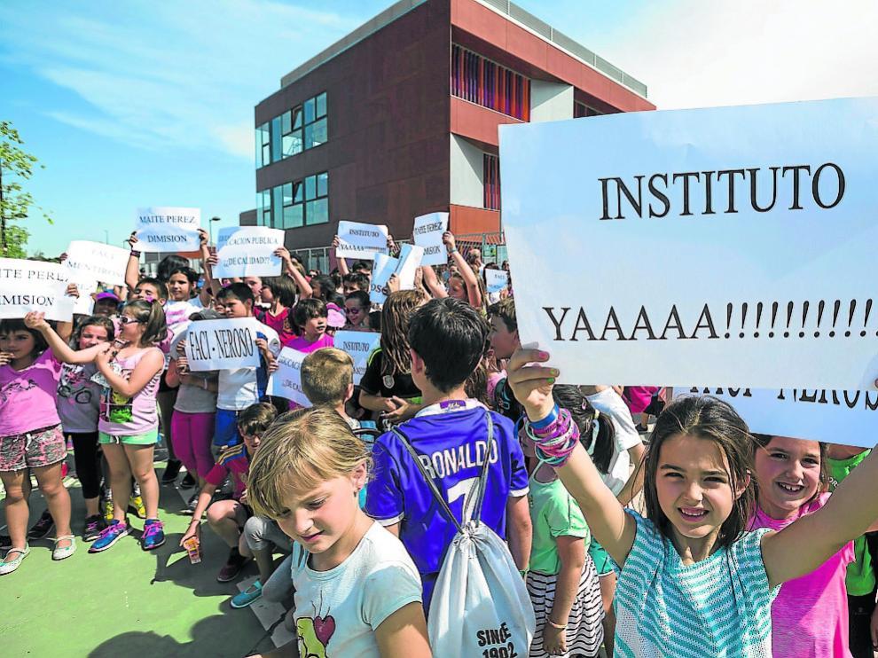 Imagen de la protesta que tuvo lugar ayer en la puerta principal del colegio Rosales del Canal.