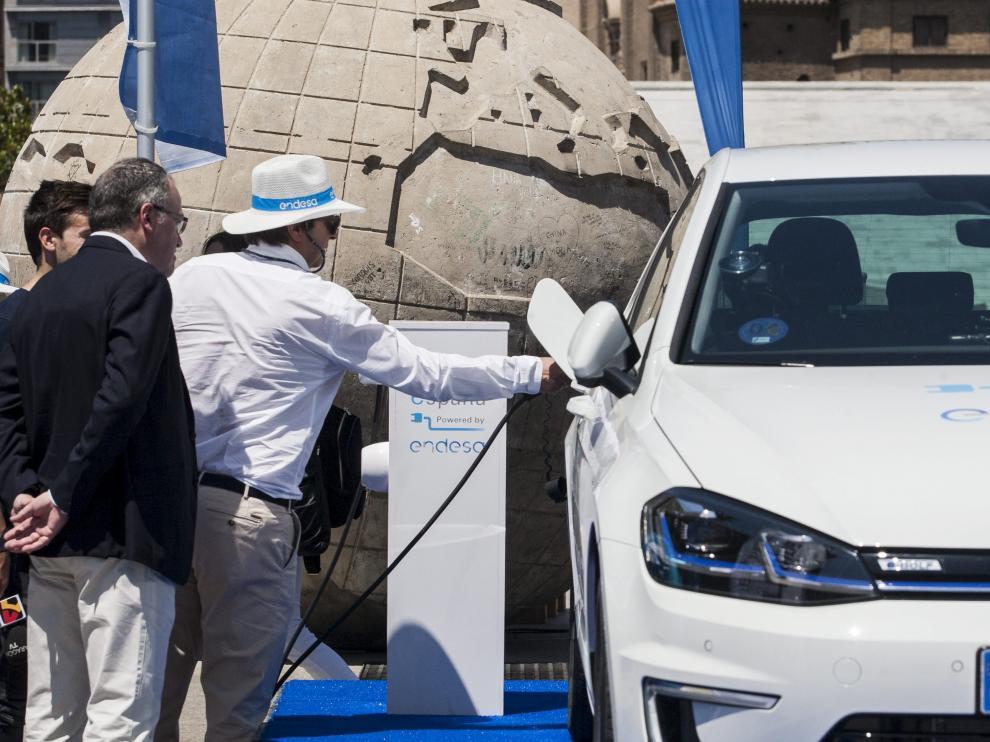 Pedro Martínez, conductor y empleado de Endesa, cargó ayer el coche en la plaza del Pilar.