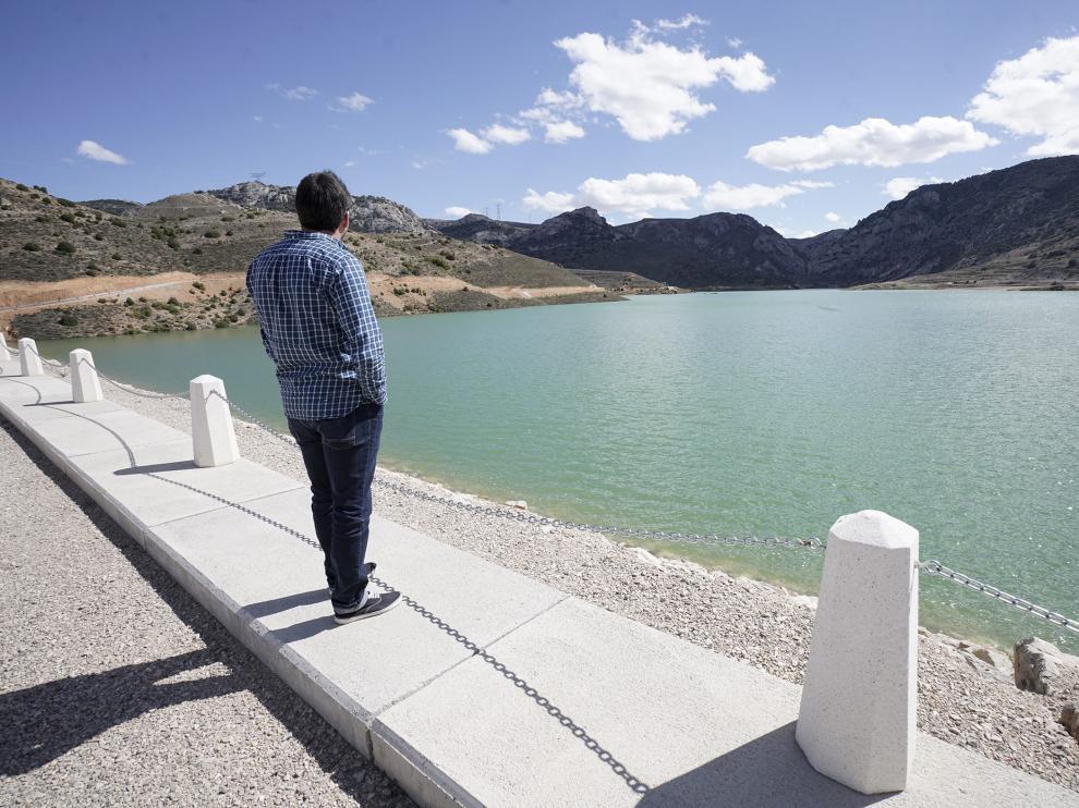 El pantano de las Parras –en la foto el día de su inauguración– fue una de las obras más demandadas por los ayuntamientos de la cuenca minera central con objeto de contribuir al crecimiento industrial de la zona y de cubrir las necesidades de agua de las industrias asentadas en la zona.