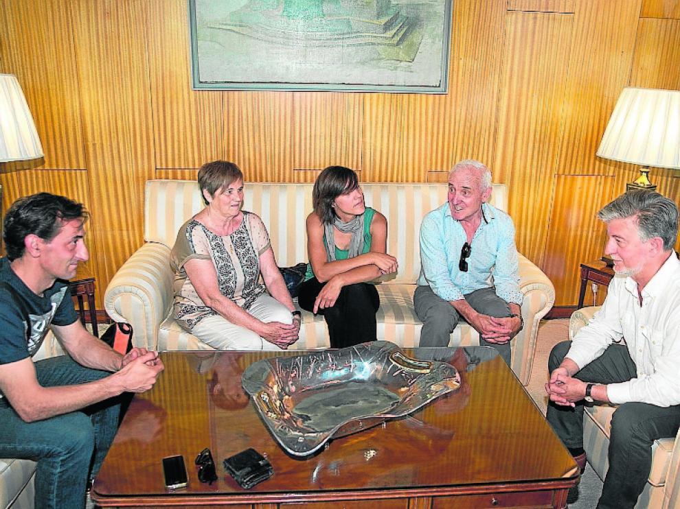Santisteve (d) conversa con los familiares de David Cañada.