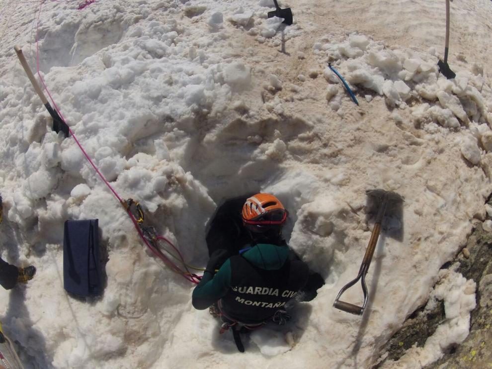 Imagen del rescate del montañero fallecido en Benasque, que se ahogó tras caer al río por un agujero de nieve.