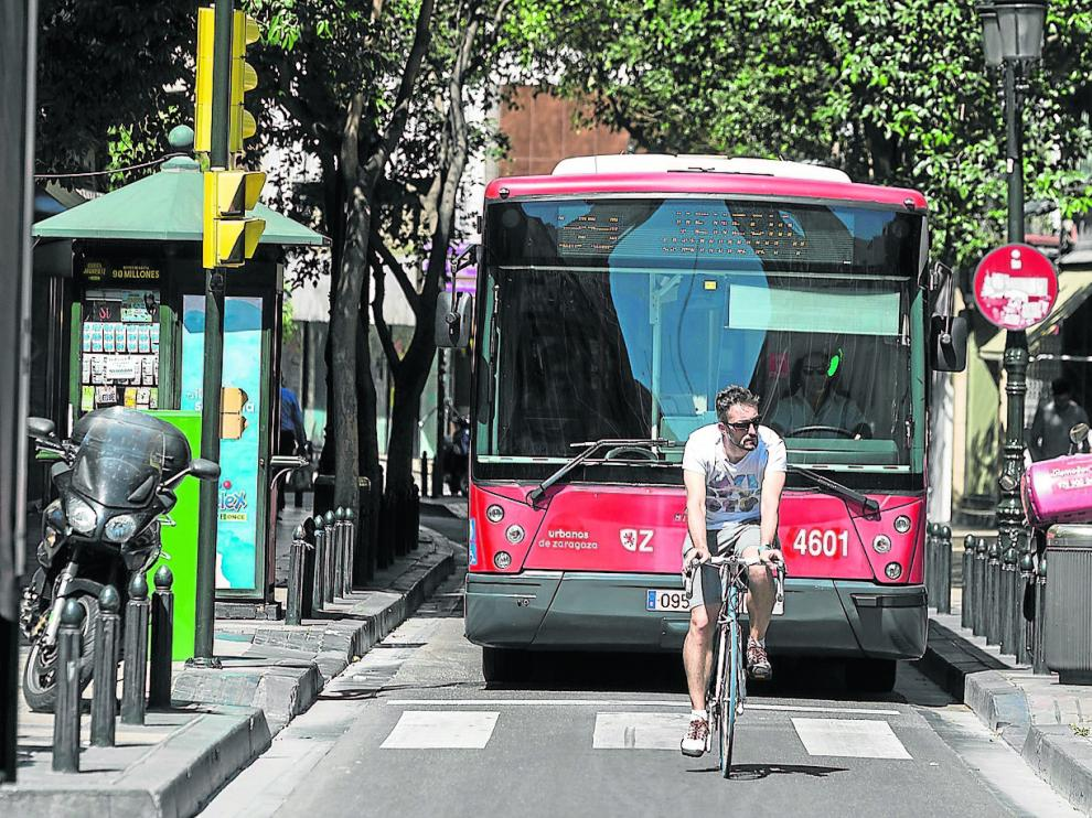 Un ciclista circula por la calle de Don Jaime Icon un vehículo de la línea 39 a sus espaldas.