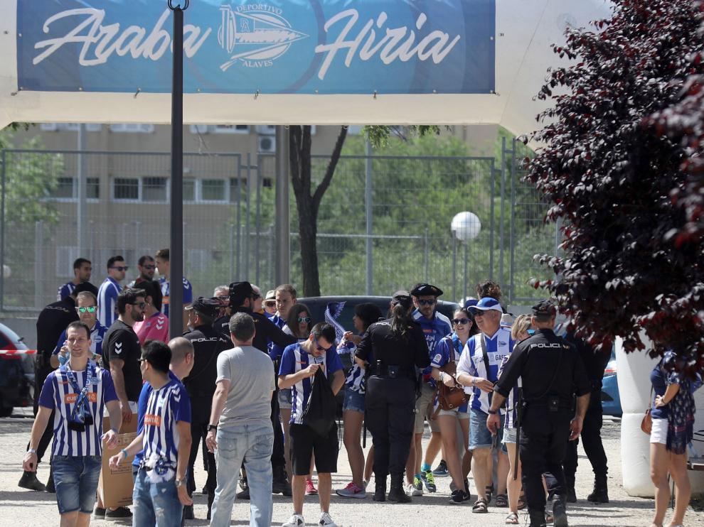 Los aficionados del Alavés, en la Fan Zone de Madrid.