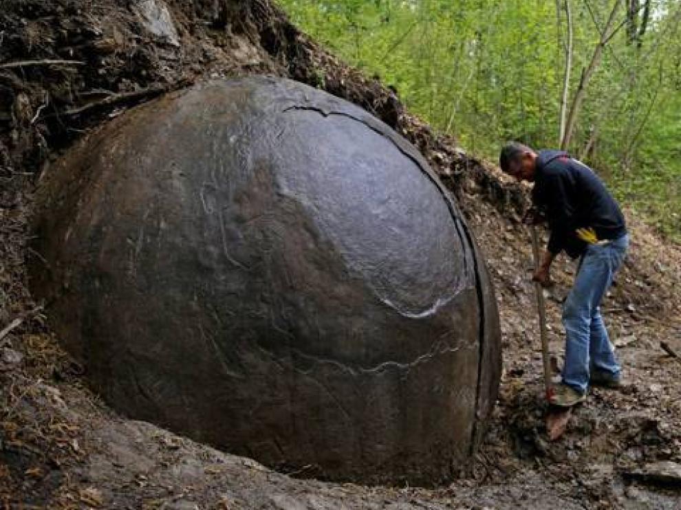 Una enigmática roca redonda en Bosnia se convierte en un imán para turistas