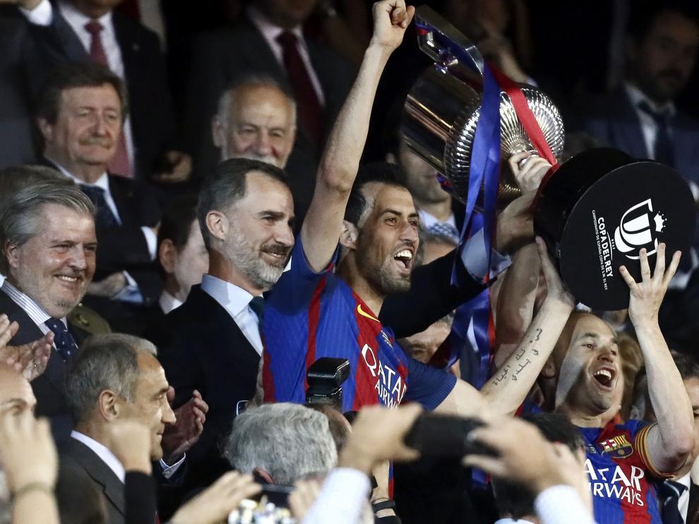 El Rey y el ministro de Educación aplauden a los jugadores de FC Barcelona tras lograr la Copa del Rey.