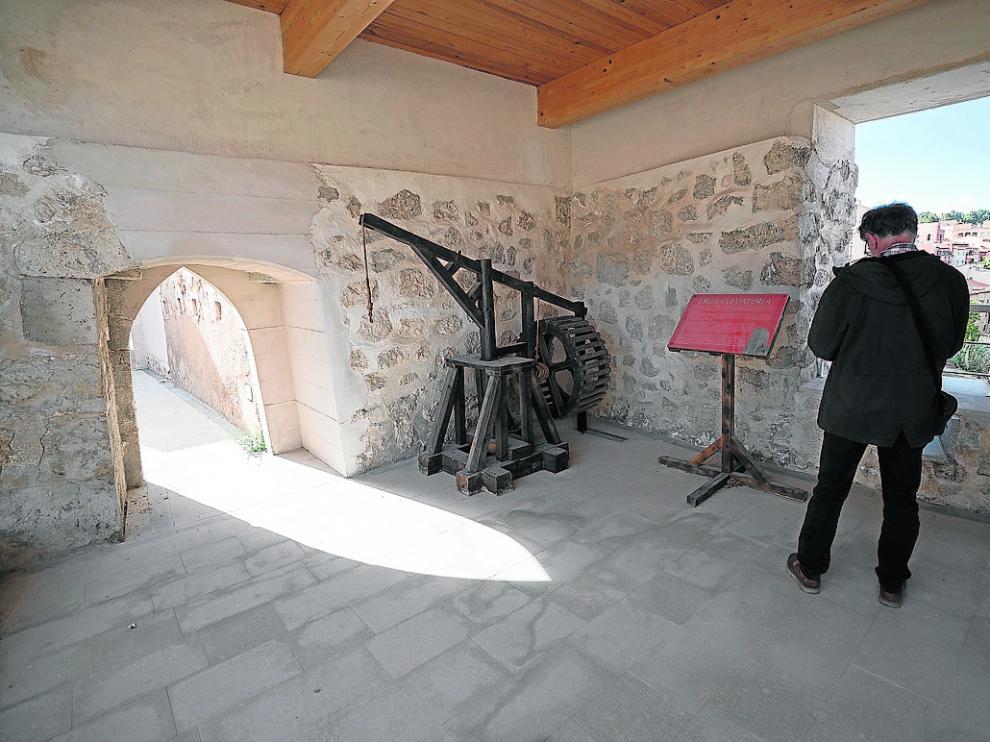 En el torreón se muestran réplicas de máquinas de asedio a escala real.