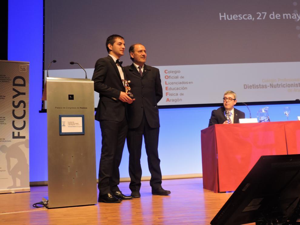 José Luis Pérez Lasierra recoge el Discóbolo en miniatura que premia al mejor expediente en Ciencias del Deporte.