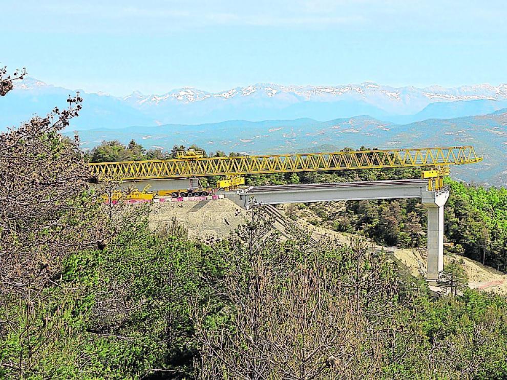 Viaducto sobre el barranco de Fontanal, uno de los tres del tramo Caldearenas-Lanave y el más largo (465 metros) de Monrepós.