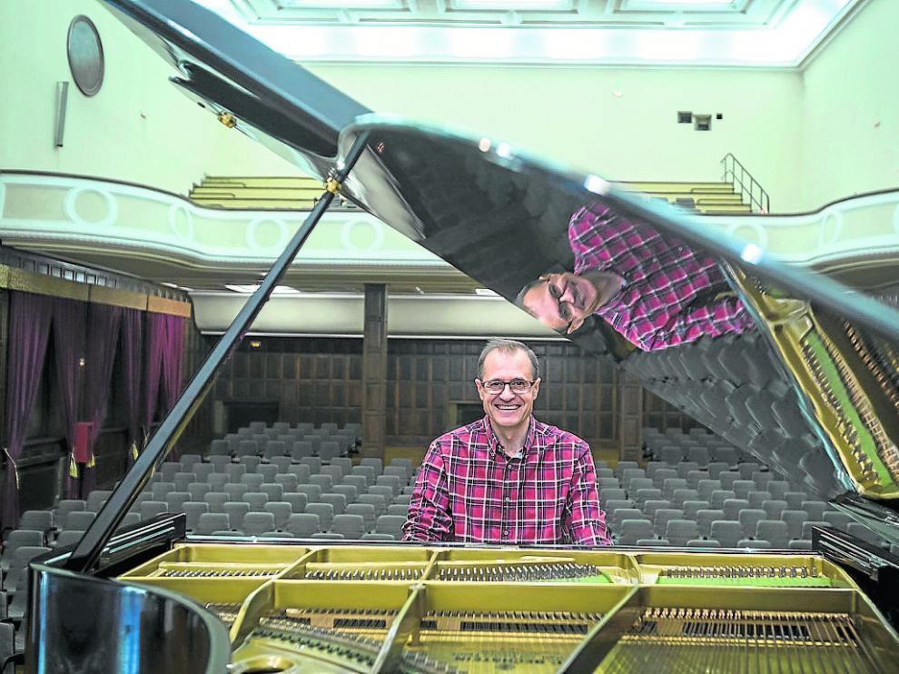 Julio Escartín, con su piano, en la sala Moncayo, el salón de actos del instituto Miguel Catalán.
