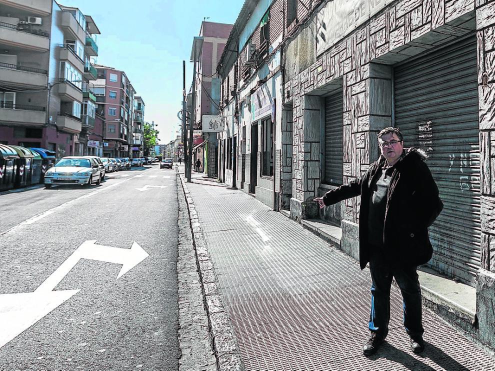 Manuel Clavero, en el tramo de la calle de Antonio Leyva que se renovará este año.