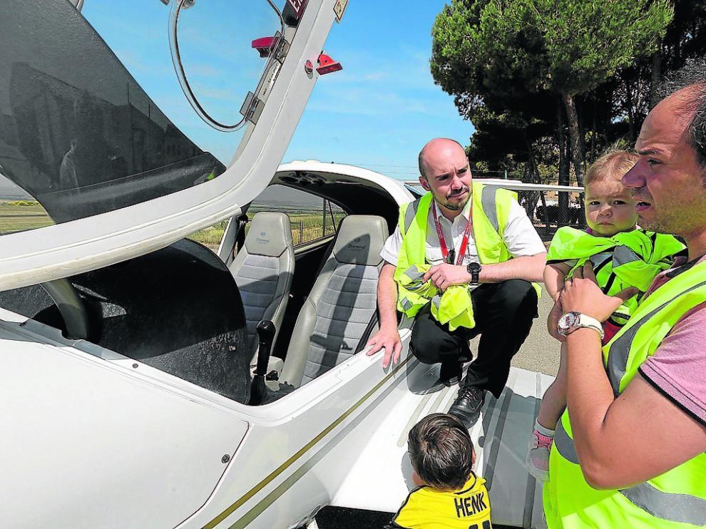 Enrique Puértolas fue con sus hijos a interesarse por los cursos de Airways Aviation.