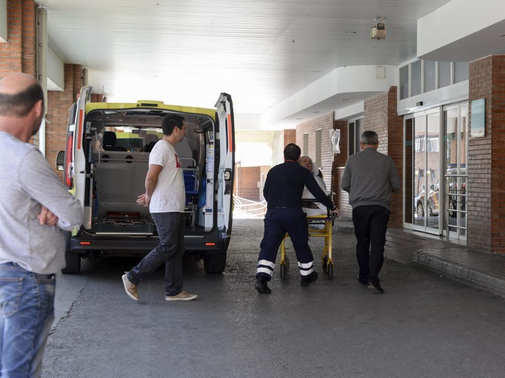 El servicio de Urgencias del hospital Obispo Polanco de Teruel –en la foto, el acceso principal– necesita dos médicos de refuerzo para este verano, pero la dirección del centro solo ha encontrado uno. Por ello, la plantilla solicita que se establezca una coordinación con los profesionales de los centros de salud.