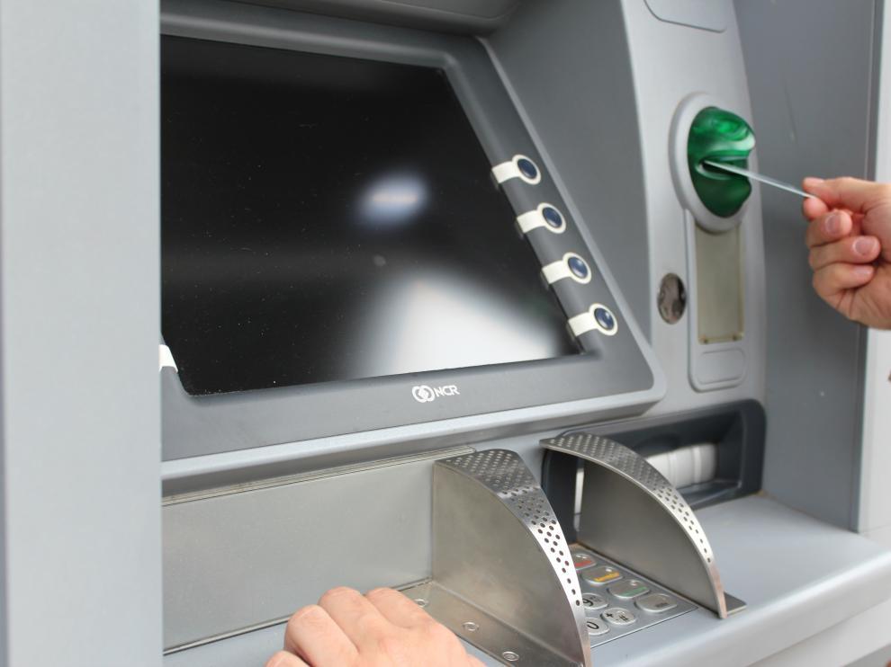 Los cajeros automáticos no llegarían a España hasta 1974, ya con banda magnética