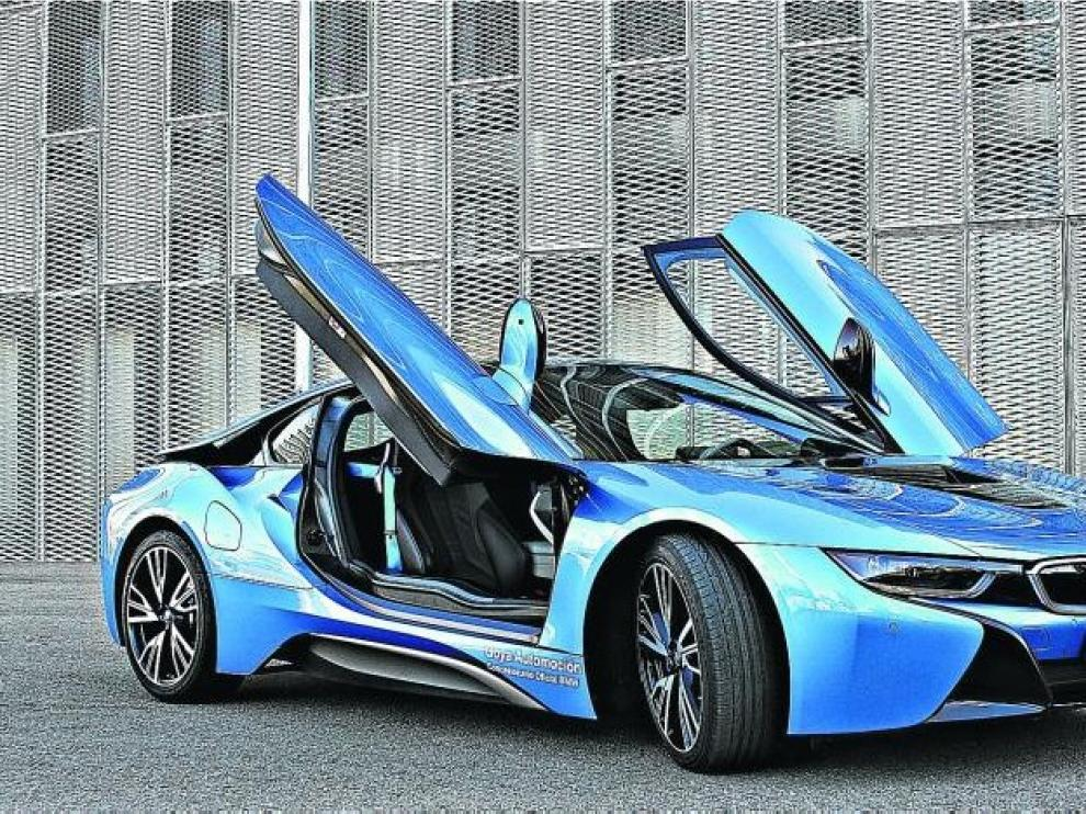 Puertas basculantes, líneas aerodinámicas, y atractivas combinaciones de colores. El i8 roba miradas allá donde pasa.