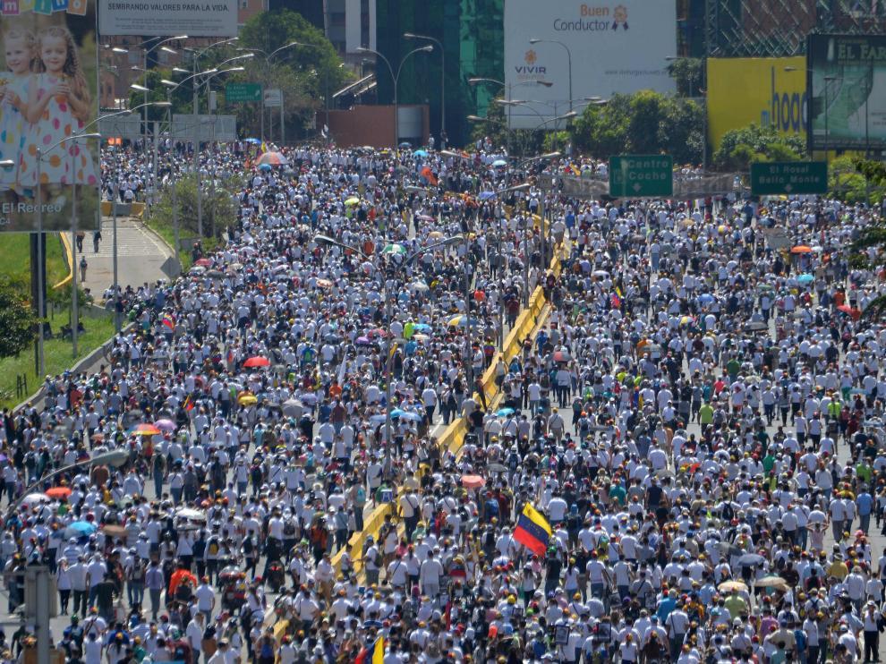 La policía dispersa con gases lacrimógenos una nueva marcha opositora en Caracas.