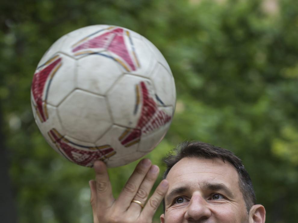 Carlos Clos, en una imagen capturada ayer, sigue enamorado del balón.