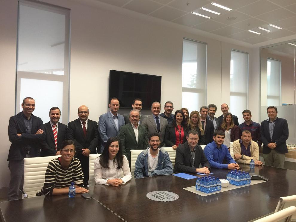 Los jóvenes directivos del programa visitando a a Eva Marín, gerente de Puerto Venecia.