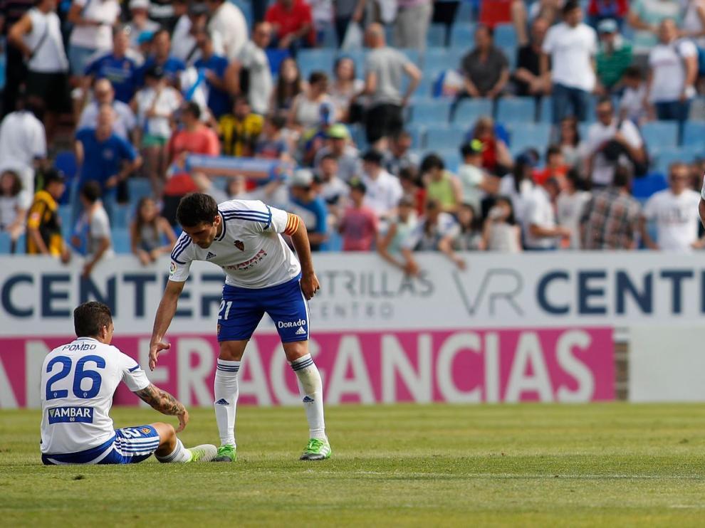 Zapater, Pombo, Feltscher y Edu García, desolados, a la conclusión del último partido entre el Real Zaragoza y el Rayo Vallecano en La Romareda.