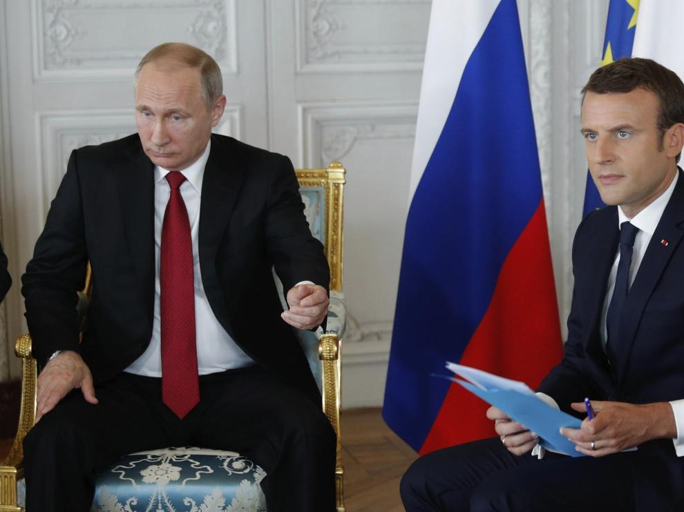 El presidente francés recibe a Vladimir Putin en París.