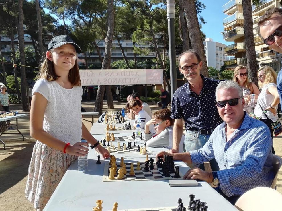 María Eizaguerri en una partida simultánea de ajedrez.