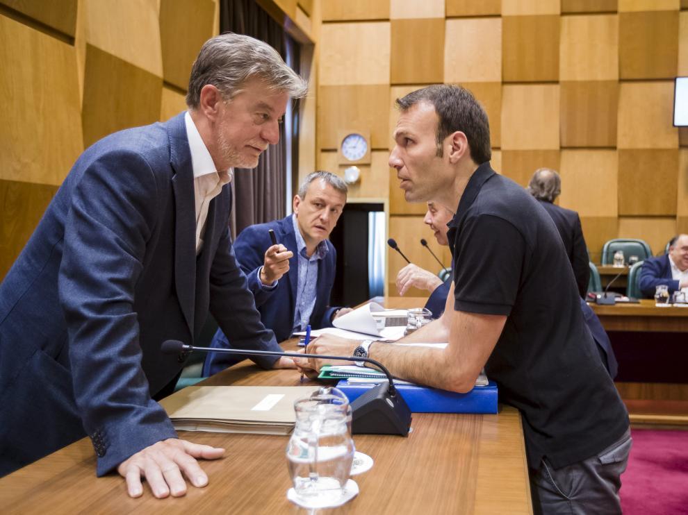 Santisteve conversa con Pablo Muñoz ante Fernando Rivarés, antes de comenzar el pleno.