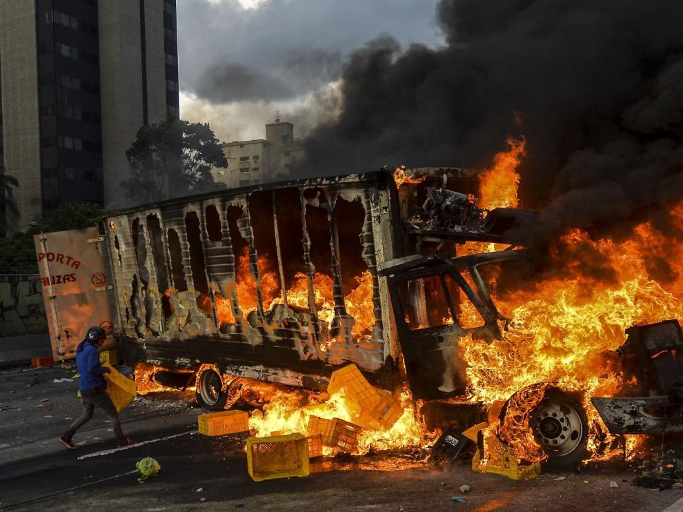 Un camión ardiendo durante una protesta en Caracas.