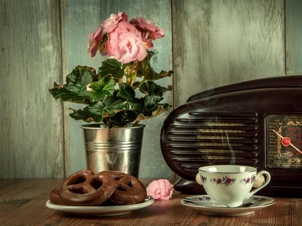 El placer de desayunar mientras escuchamos nuestra emisora favorita...