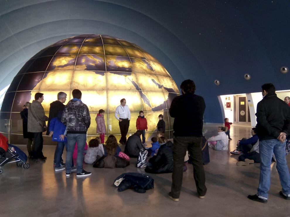 Un grupo de visitantes, en el Planetario de Huesca.