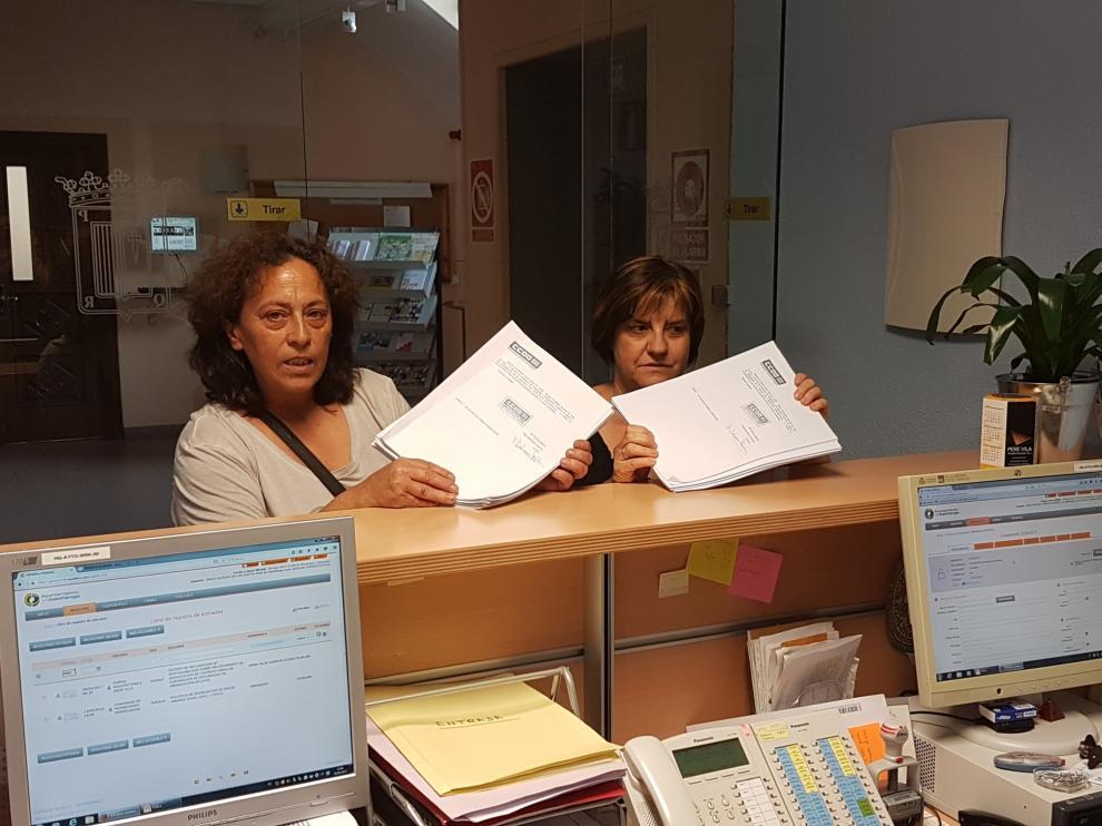 Entrega de firmas en el Ayuntamiento de Sabiñánigo.