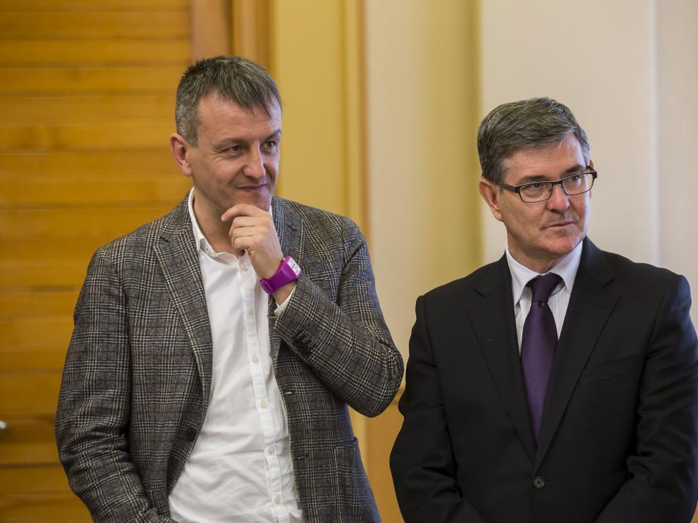 Fernando Rivarés y Vicente Guillén, el pasado 3 de marzo durante la firma del acuerdo de la ley de capitalidad de Zaragoza.