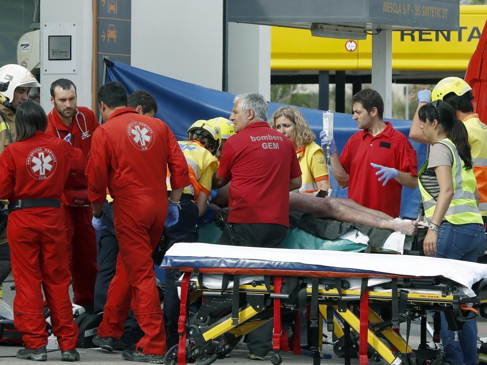 Los equipos de rescate atienden al herido en la explosión.
