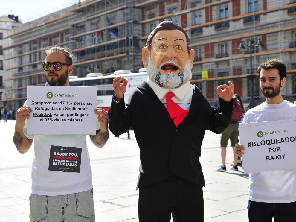 """Un """"cabezudo"""" de Rajoy recorrerá España para meterse en la piel del refugiado."""