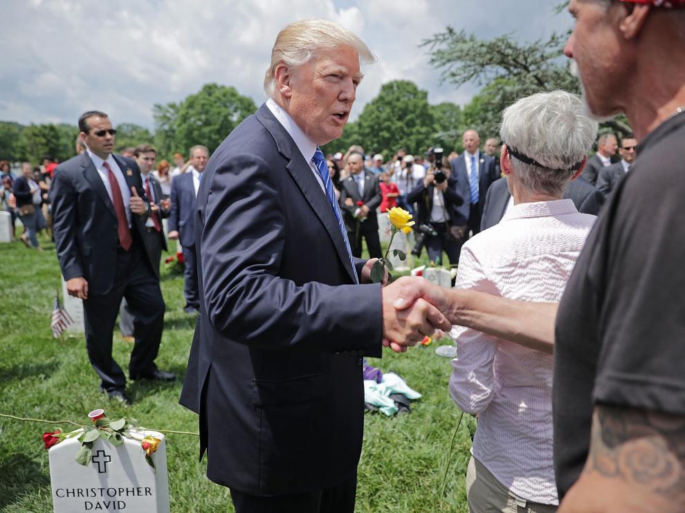 Trump visitó el Cementerio Nacional de Arlington con motivo del Día de los Caídos.