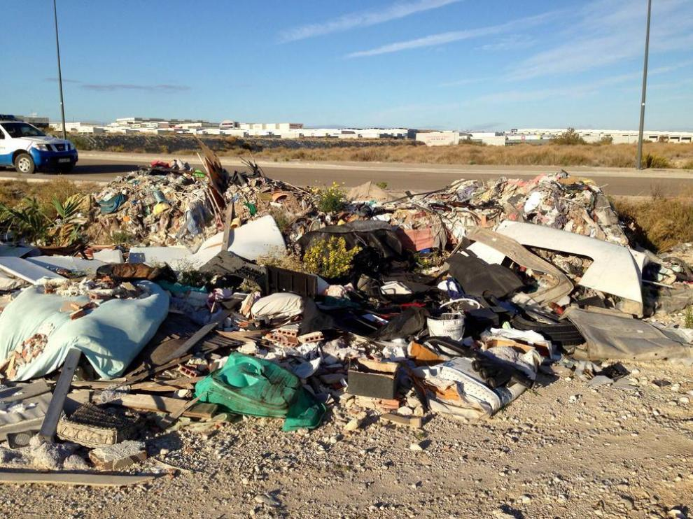 Residuos vertidos por talleres ilegales en Zaragoza