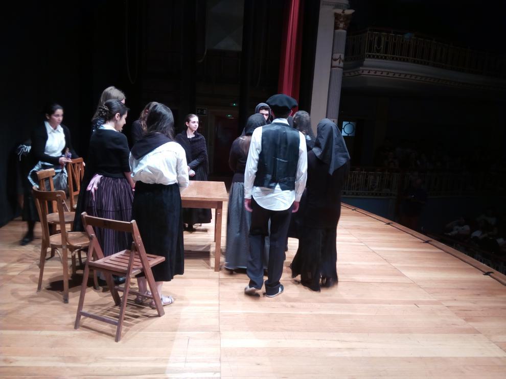 Varios estudiantes durante la representación de 'La casa de Bernarda Alba'.