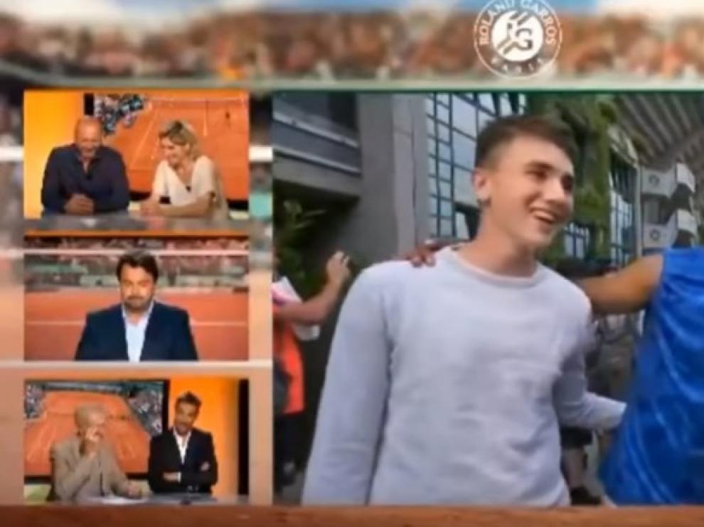 Un momento del vídeo donde se ve a Hamou besuqueando a la reportera.
